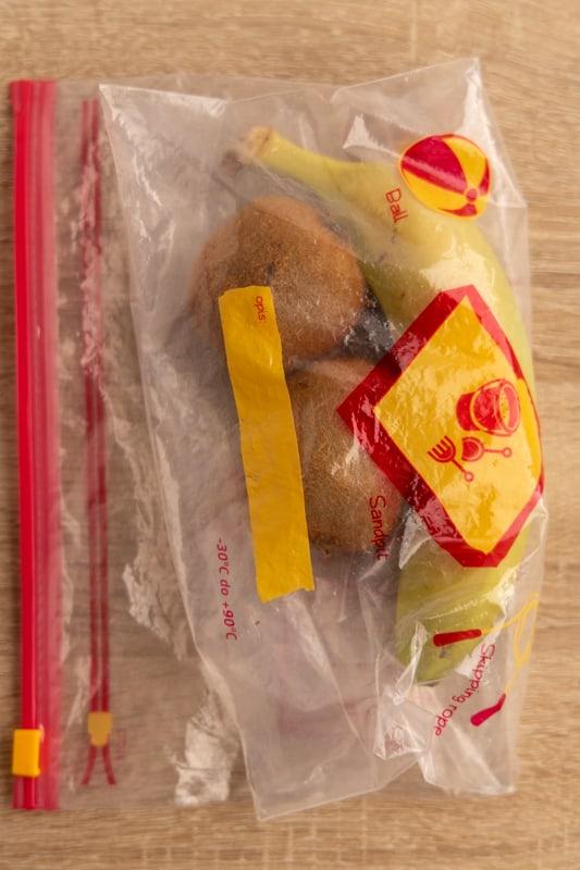 Ripening kiwis with a banana